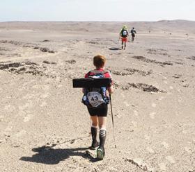 장애 어린이를 돕기 위해 '사하라사막 마라톤 대회'에 참가한 김채울씨가 사막을 걷고 있다.