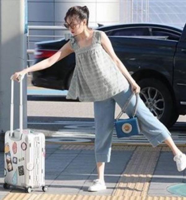 """선미, 공항서 '노룩패스' 패러디…""""제 짐은 제가 챙길게요"""""""