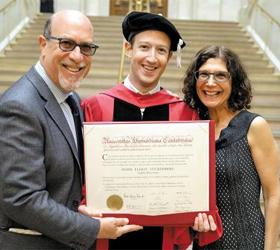 마크 저커버그(가운데) 페이스북 최고경영자(CEO)가 하버드대로부터 받은 명예 법학박사 학위장을 들고 아버지 에드워드(왼쪽), 어머니 케렌과 함께 기념사진을 찍고 있다.