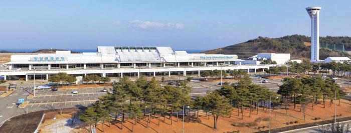 일본과 중국, 러시아, 대만 등을 연결하는 십자형 하늘길을 구축해'유령 공항'의 오명을 벗어던지고 동북아 거점 공항으로 거듭나겠다는 양양국제공항의 전경.