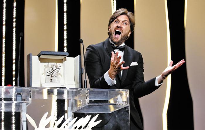 스웨덴의 루벤 외스틀룬드 감독이 28일 칸 영화제 최고상인 황금종려상을 받은 뒤 깜짝 놀라는 표정을 짓고 있다.