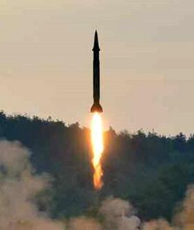 북한이 새로 개발한 정밀 조종 유도 체계를 도입했다고 주장하는 탄도 미사일이 시험 발사 되고 있다.