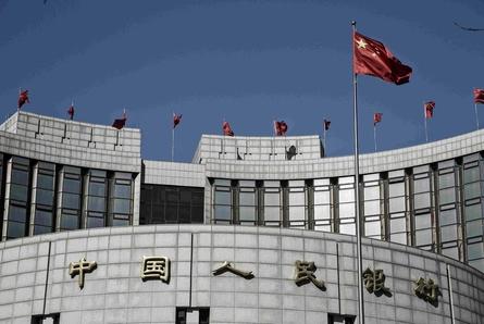 중국 인민은행은 무디스가 중국 신용등급을 강등한 이후 시장개입을 통해 위안화 가치를 공격적으로 절상시키는 식으로 공매도 세력에 경고를 보내고 있다. /블룸버그