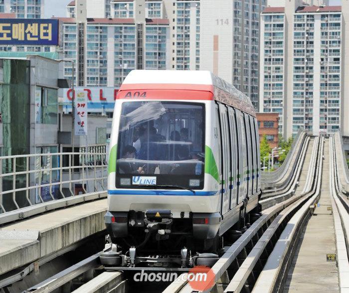 법원이 의정부경전철에 대한 파산 선고를 내린 지난 26일 경전철 한 대가 경기도 의정부 어룡역으로 들어오고 있다.