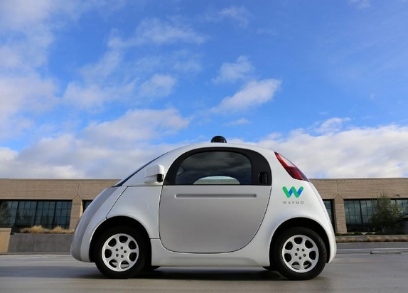 구글의 자율주행차인 '웨이모'가 도로주행을 하고 있다. 구글은 2일 자율 주행 트럭 개발을 추진하고 있다고 밝혔다./사진=Waymo