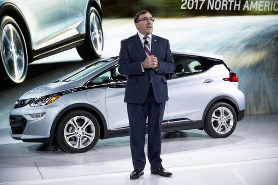 엘런 베티 쉐보레 브랜드 총괄겸 GM 북미 사장이 전기자동차, 볼트의 성능을 설명하고 있다. GM은 볼트를 기반으로 자율주행차 개발을 진행하고 있다./사진=블룸버그