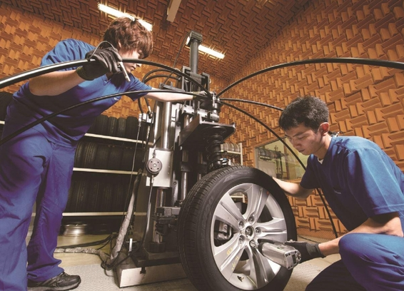 넥센타이어는 꾸준히 연구개발(R&D) 비용을 늘려왔다. 넥센타이어 경남 양산연구소에서 직원들이 타이어 소음을 측정하고 있다./넥센타이어