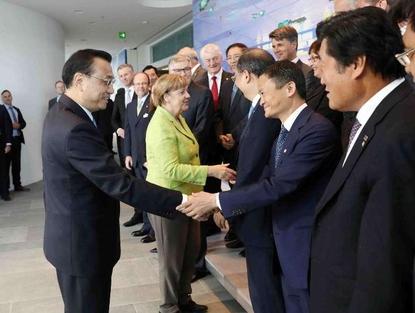 독일을 방문한 리커창 중국 총리(왼쪽)가 6월1일 양국 총리와 기업인들이 함께 자리한 오찬모임에서 마윈 알리바바 회장과 악수하고 있다./신화망