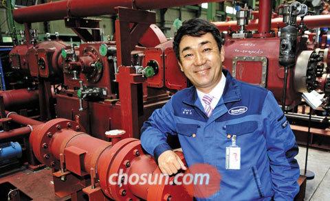 5일 경남 함안군에 있는 본사 공장에서 권 대표가 가스압축기의 기능을 설명하고 있다.