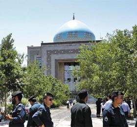 테러당한 호메이니 묘 - 7일 이란 경찰들이 자살폭탄테러 공격을 받은 이란 테헤란 외곽의 루홀라 호메이니 묘지에 대한 순찰을 서고 있다.