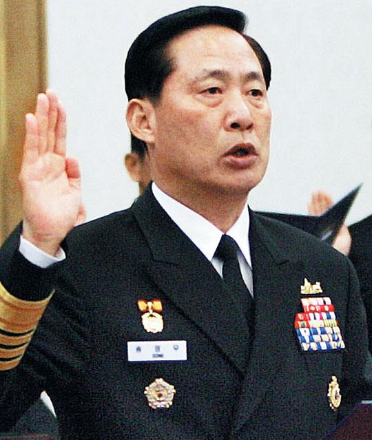송영무 국방부 장관 후보자가 해군참모총장으로 재직하던 2007년 해군본부 국정감사장에서 증인선서를 하는 모습.