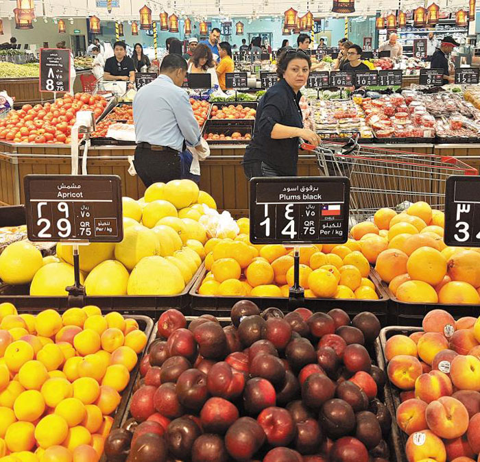 11일(현지 시각) 카타르 수도 도하의 한 마트에 다양한 과일이 풍성하게 진열돼 있다