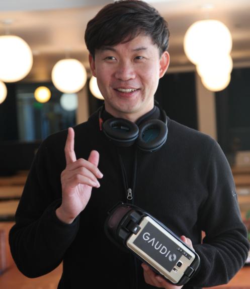오현오 가우디오 대표가 VR 헤드셋을 들고 기술을 설명중이다. /LA=김범수 기자