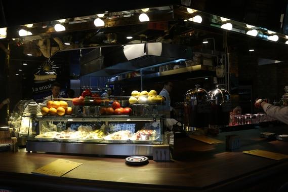 최근 서울 강남구 우성아파트 사거리에 문을 연 스페인 타파스 클럽 '클램'의 오픈 키친./클램 제공