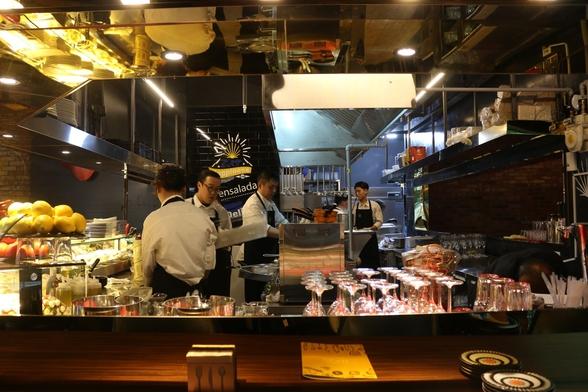클램의 오픈 키친과 높은 바(bar) 타입의 인테리어는 즐거움을 주는 요소다./클램 제공