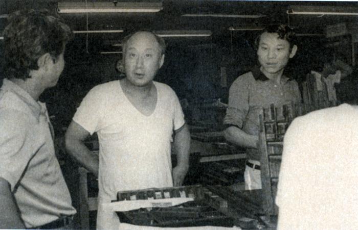 1974년 여름 밤 사설을 바꾸려고 공무국에 들른 주필 선우휘(가운데). 러닝셔츠 차림이다.