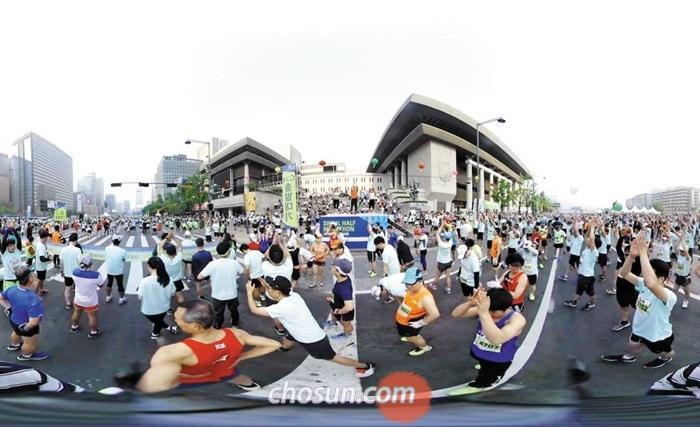 지난 4월 30일 서울 광화문에서 열린 서울하프마라톤대회 출발선을 2017년형 삼성 기어 360으로 촬영했다.