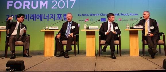김상협(왼쪽부터) 카이스트 교수, 리처드 뮬러 UC 버클리 교수, 얀 페터르 발케넨더 네덜란드 전 총리, 빌리 파이저 듀크대 교수가 15일 '2017 미래에너지포럼'에서 특별대담을 하고 있다./조선비즈