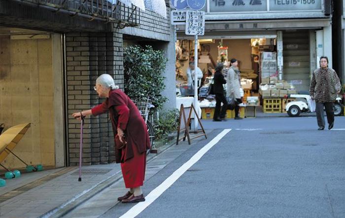 10여 년 전부터 인구가 감소하기 시작한 일본은 현재 연간 신생아가 연간 사망하는 노인보다 적다. 일본과 비슷하게 고령화하는 한국도 노인 간병과 출산·육아 문제에 대해 미리 대비하지 않으면 커다란 사회적, 경제적 갈등에 직면할 수 있다는 우려의 목소리가 나오고 있다.