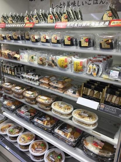 일본 도쿄 신주쿠에 있는 편의점 '훼미리마트'의 간편식품 코너. 도시락, 덮밥, 삼각김밥 등 다양한 식품이 진열돼 있다. / 박원익 기자
