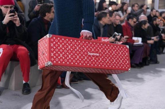 루이비통은 2017 가을/겨울 컬렉션에서 슈프림과 협업을 진행했다. 스케이트보드 트렁크의 판매가는 7천700만원에 책정됐다.