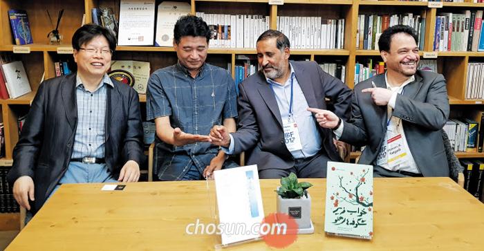 한국과 이란 문인들이 한국문학번역원에서 만났다. 왼쪽부터 유성호, 장석남, 가즈베, 라흐제디.