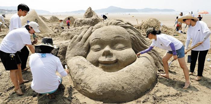 지난해 충남 태안군 원북면 신두리해수욕장에서 열린 국제 모래조각 페스티벌 모습. 올해도 7월 말쯤 이 행사가 예정되어 있다.