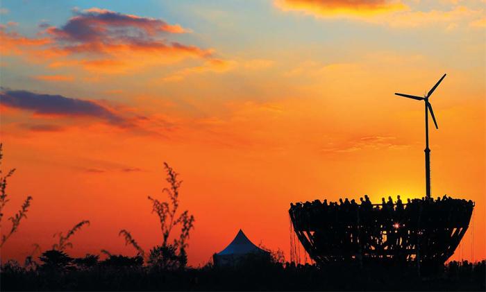 마포구 상암동 하늘공원엔 '하늘을 담은 그릇'이라는 이름의 전망대가 있다. 월드컵공원 5곳 중 가장 높은 곳(해발 98m)에 있는 이곳에선 방문객들이 둥그렇게 둘러서서 주변 경치를 감상할 수 있다. 특히 저녁 무렵 하늘을 붉게 물들이는 노을의 아름다움은 감동을 안긴다.