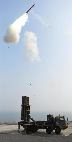 중거리 지대공미사일 '천궁' 발사 장면. 이번에 '전투용 적합' 판정을 받은 M-SAM은 천궁의 개량형이다.
