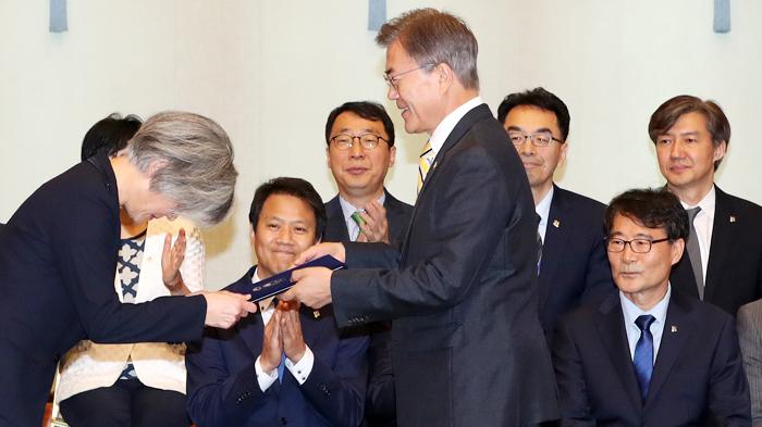 문재인 대통령이 18일 오후 청와대 충무실에서 강경화(왼쪽) 외교부 장관에게 임명장을 수여하고 있다. 최근 장관 후보자들에 대한 부실 검증 논란 속에 야당으로부터 사퇴 압력을 받고 있는 조국(뒷줄 맨 오른쪽) 청와대 민정수석이 이를 지켜보고 있다.