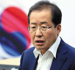 홍준표 전 경남지사가 18일 기자회견에서 7·3 자유한국당 전당대회 당대표 경선 출마를 선언하고 있다.