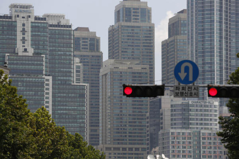 정부의 부동산 대책에 따르면 서울 전역은 입주 때까지 분양권 전매제한이 금지된다. 서울의 한 아파트 단지. /조선일보DB