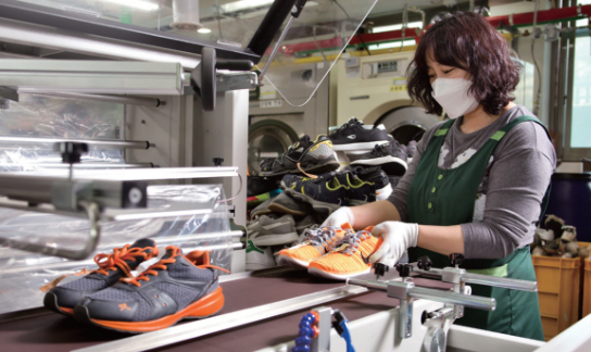 크린토피아는 의류에서 시작해 운동화·가방 등 세탁 품목을 늘리고 있다./ C영상미디어 한준호