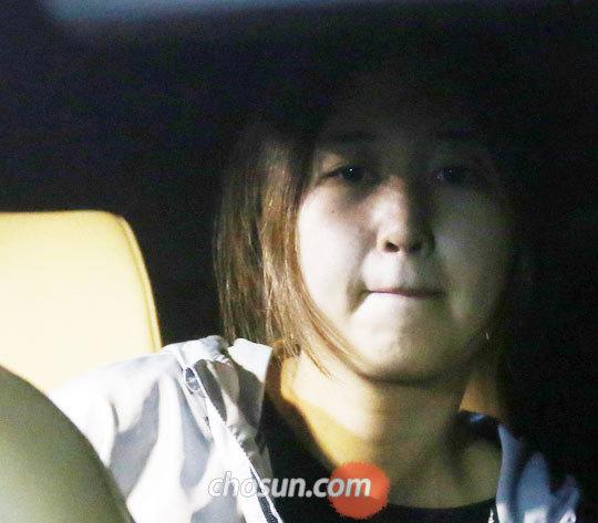 20일 밤 최순실(61)씨의 딸 정유라(21)씨가 두 번째 구속영장이 기각된 후 차를 타고 서울 중앙지검 청사에서 나오고 있다.