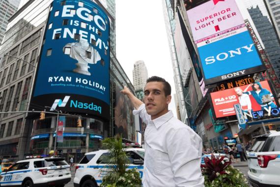 'Ego is the Enemy' 광고 사인을 가리키고 있는 라이언 홀리데이. 그는 에고가 잘 통제된 성격으로 수수함과 자제력을 들었다./사진=라이언 홀리데이 제공.