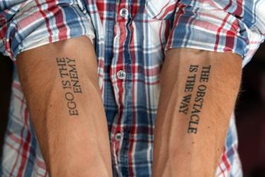 그가 양 팔뚝에 새긴 문신. 왼팔엔 '장애물이 곧 길이다' 오른팔엔 '에고가 적이다'/사진=라이언 홀리데이 제공.