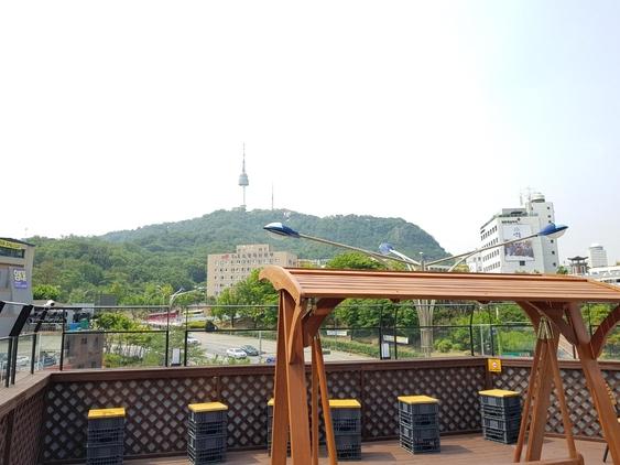 위드미 충무로2가점의 루프탑에서 바라본 남산의 모습. /윤민혁 기자