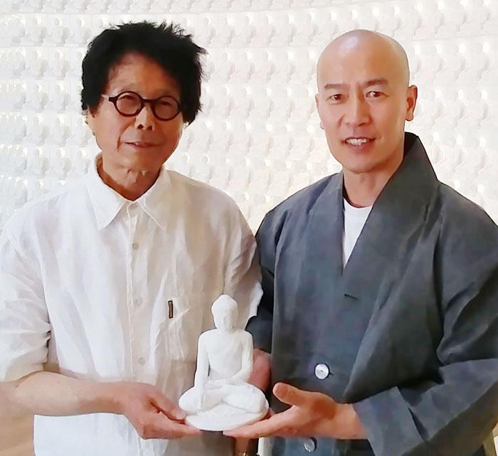 충북 음성 법화선사 법당에서 덕현(오른쪽) 스님이 전수천(왼쪽) 작가가 만든 천불(千佛) 중 한 점을 손 위에 들고 있다.