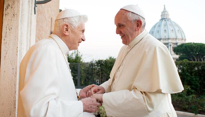 '은퇴 교황'베네딕토 16세(왼쪽)와 프란치스코 교황이 반갑게 인사하고 있다.