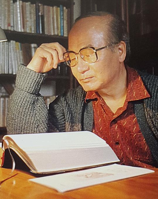 서재에서 성경을 읽고 있는 김관석 목사.