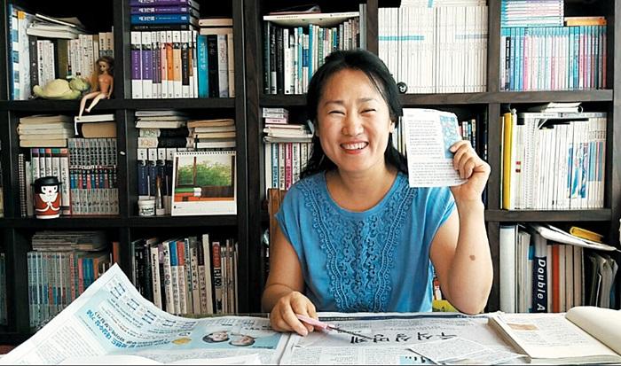 강영란(48)씨가 스크랩하려고 오려 놓은 조선일보 '가슴으로 읽는 시' 코너를 들고 있다.