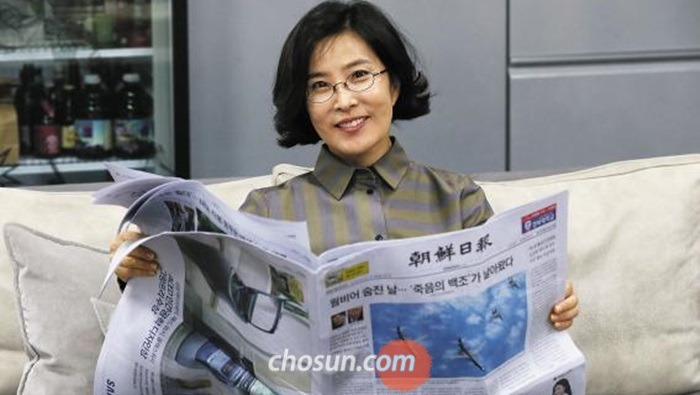 가수 이선희씨가 21일 서울 청담동 소속사 사무실에서 신문을 펼치고 있다.