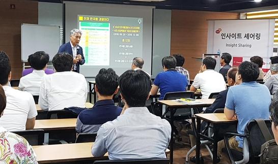 22일 조선비즈 연결지성센터에서 열린 '이제 한국형 경영이다' 북콘서트에서 김종식 교수가 강연하고 있다.