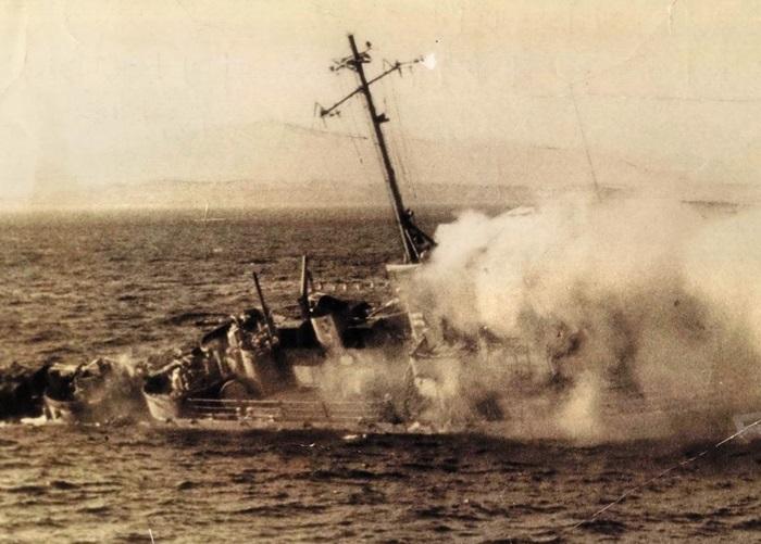 1967년 1월 19일 해군 당포호 격침 해군 경비함 당포호가 동해안에서 북한 의 포격으로 침몰하는 사진을 윤병해 기자가 단독 입수해 보도한 1967년 1월 21일 자 사진.