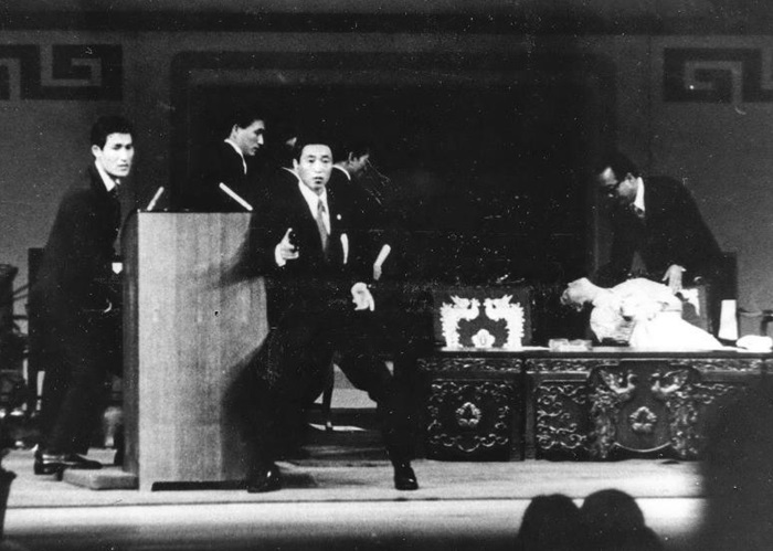 1974년 8월 15일 육영수 여사 피격 북한 지령을 받은 재일 교포 문세광이 서울 국립극장에서 대통령 부인 육영수 여사를 저격한 현장을 임희순 기자가 단독 촬영, 1974년 8월 21일 자에 공개했다. 박정희 대통령을 에워싼 채 권총을 뽑아 든 경호원들과 총을 맞고 쓰러진 육 여사 모습이 보인다. 선우휘 주필이 위기의 순간 고관들의 행태를 비판한 시론 '단상(壇上)에 인영(人影·사람 그림자)이 불견(不見·보이지 않음)'이 사진과 함께 실렸다.