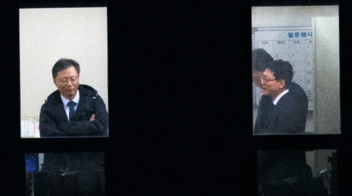 2016년 11월 6일 웃으며 검찰 조사 받는 우병우 前 수석:우병우 전 청와대 민정수석이 팔짱을 낀 채 검찰 조사를 받는 모습을 고운호 기자가 330m 떨어진 건물 옥상에서 망원렌즈로 촬영해 단독 보도했다.