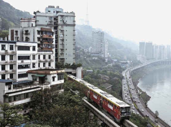 중국 충칭(重慶) 시내를 가로지르는 양쯔강변에 아파트가 들어서 있다./ 블룸버그 제공