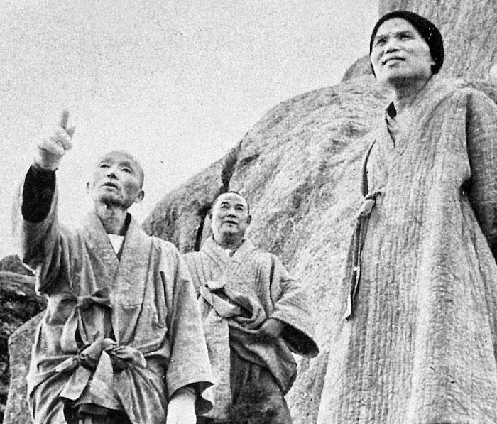 성철(오른쪽) 청담(왼쪽) 스님과 함께한 향곡 스님.