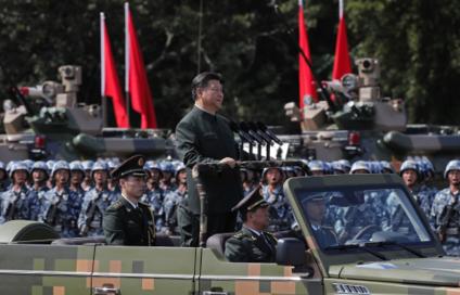 홍콩 반환 20주년 기념으로 홍콩을 찾은 시진핑 중국 국가주석이 30일 인민ㅎ방군 홍콩수비대를 사열하고 있다. /AP 연합뉴스