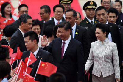 시진핑 중국 국가주석이 홍콩 회귀 20주년 기념식 참석을 위해 홍콩에 도착한 29일 공항에서 영접을 받고 있다./AFP연합뉴스